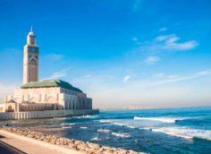 Город Касабланка, мечеть около моря